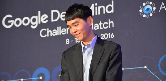 Лучший в мире игрок в настольную игру «го» против компьютера AlphaGo